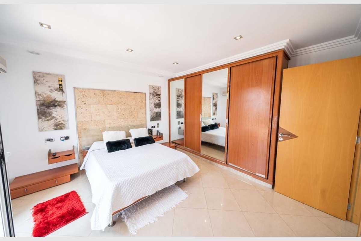 Schlafzimmer mit Einbauschrank im Haus Portocolom