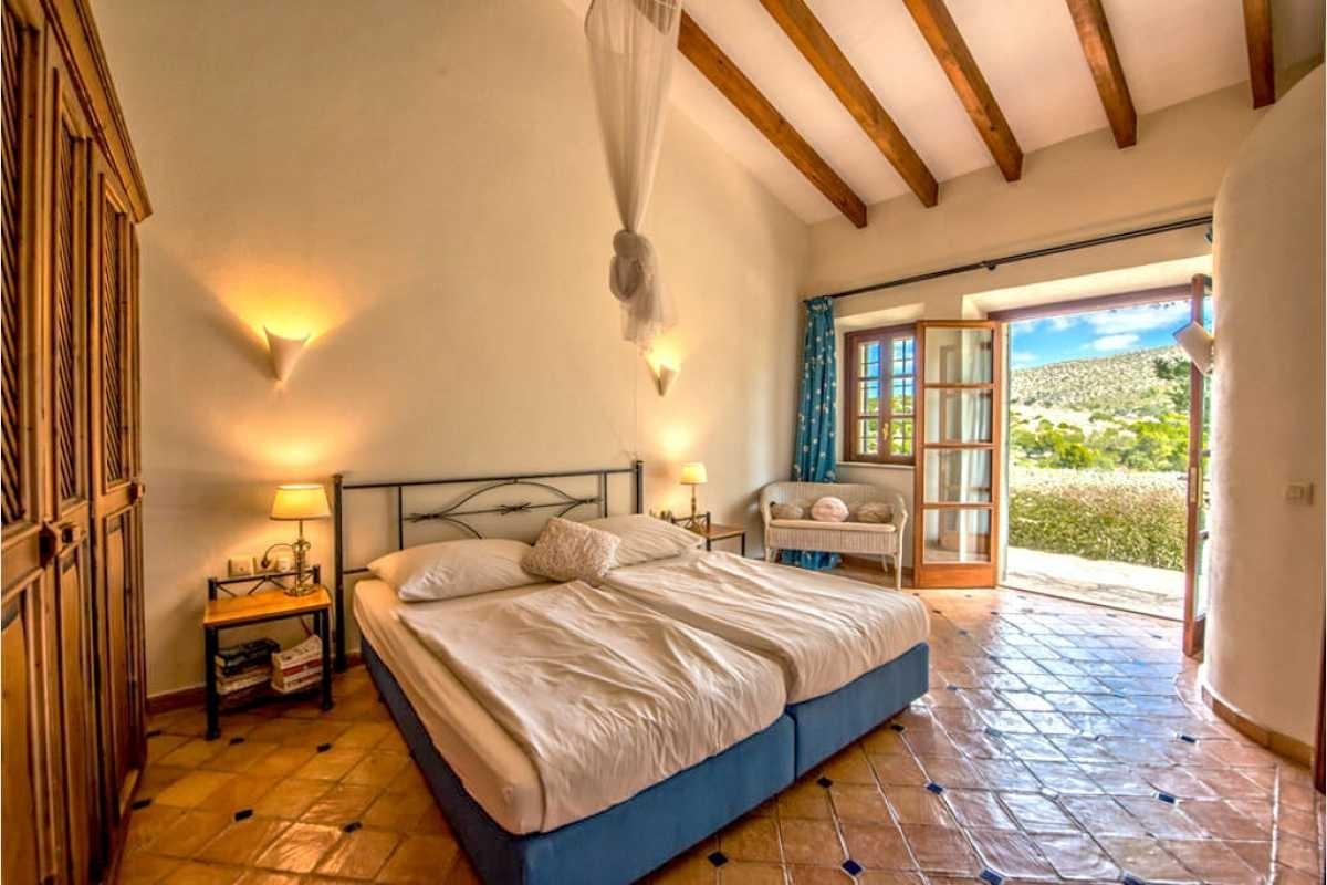 Schlafzimmer mit Blick in die Berge von Son Macia