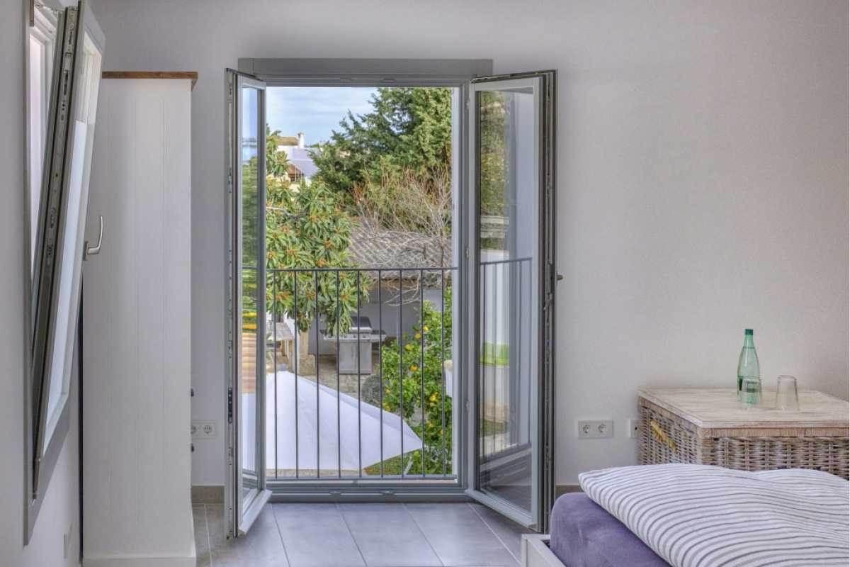 Schlafzimmer oben mit Blick auf den Garten im Stadthaus Shorta