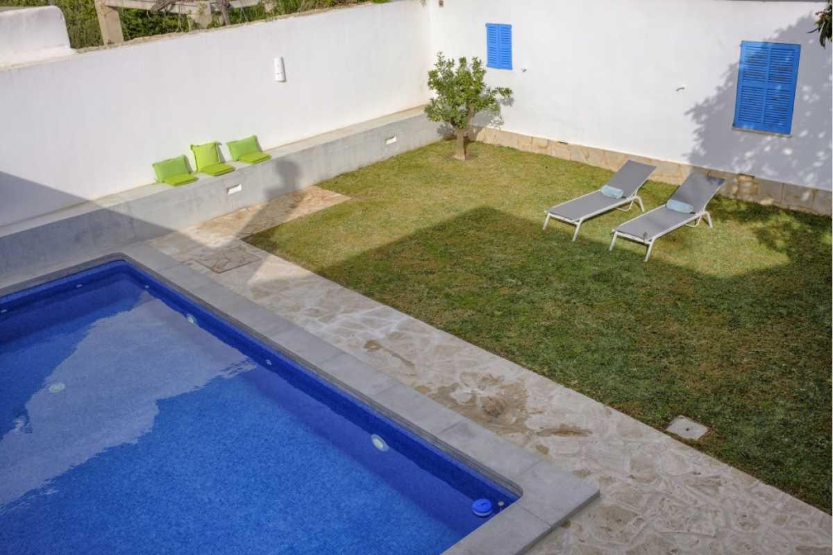 Pool mit Sonnen-Liege-Wiese im Stadthaus Shorta